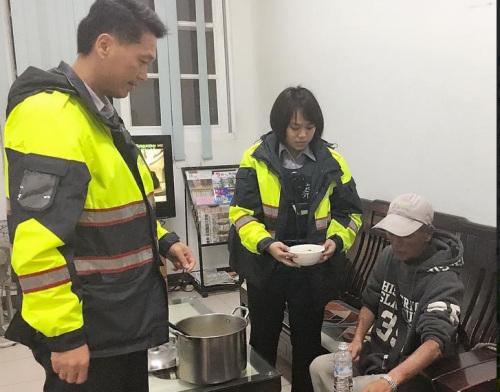 """男子(右)因工厂倒闭而失业,皮夹又遗失,所幸在嘉义遇到警察帮他解围。来源:台湾""""中央社"""""""