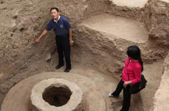 齐东方在考察山西云冈石窟窟顶遗址现场。图/社科院考古所