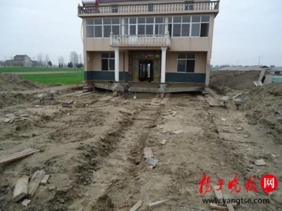 """三层楼平移150米 村民花12万给省道""""让路""""(图)"""
