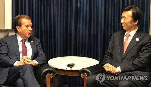 资料图片:当地时间3月22日,韩国外交部长官尹炳世(右)和美国众议院外委会主席罗伊斯举行会晤。(图片来源:韩联社)