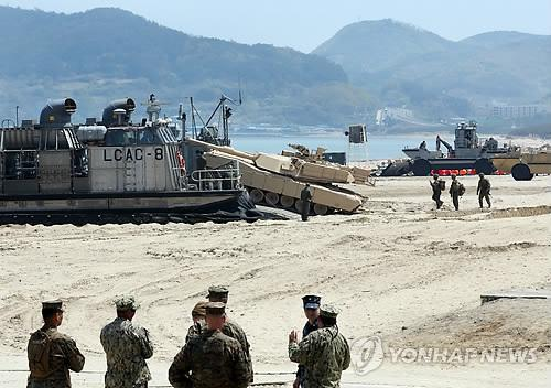 资料图片:2013年4月,韩美在浦项一带实施后勤军需补给演习。(图片来源:韩联社)