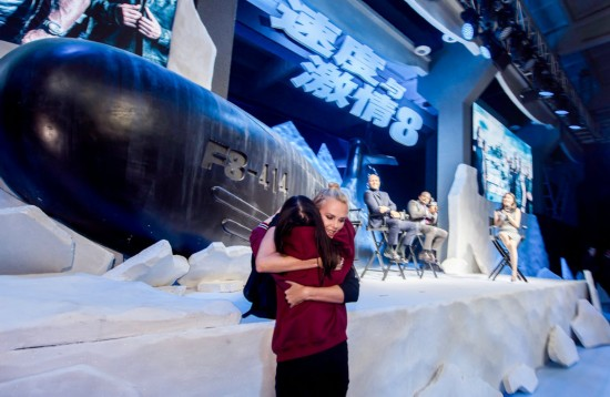 《速度与激情8》北京发布 塞隆抱粉丝斯坦森赞李连杰