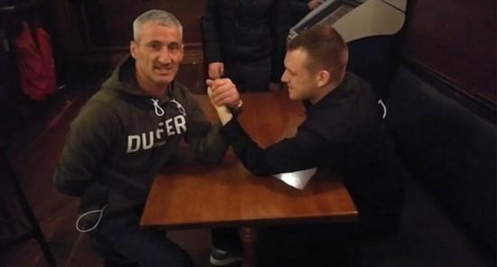 爱尔兰一酒保与客人下注掰手腕扭断胳膊