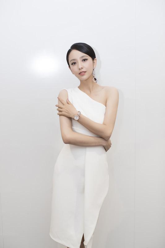 佟丽娅化身自信女人 优雅亮相美得发光