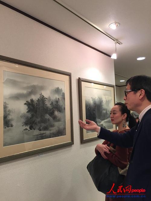 东京SHANBARA艺术空间创建人肖金德向日本观众介绍作品。(田泓摄)