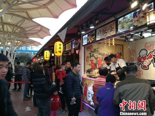 汇集近50家正宗台湾夜市小吃的锦江士林夜市25日一开市,便烘起此间民众追求美食的热情。 陈静 摄
