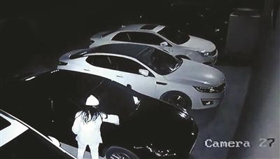 因停车位结怨 镇江男子男扮女装砸碎他人车窗