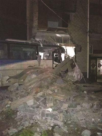 大客车冲进扬州民宅 车内一人死亡数人受伤