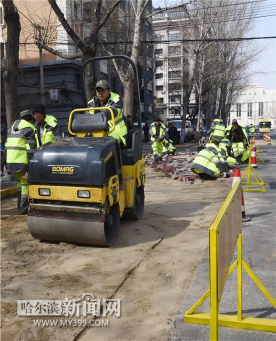 哈尔滨市加强春季环境整治美化城市 脏乱庭院翻浆路逐个整修