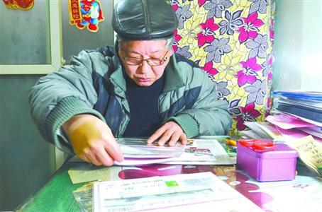 图片说明:每天,老王都会花几个小时的时间整理收藏
