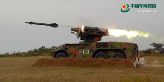 ↑对超低空高速靶标进行射击。(吴忠勇 摄)