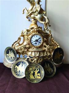 图片说明:谢厚平从跳蚤市场淘来的铜钟