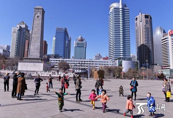 天气转暖 乌鲁木齐市民享受春天的阳光