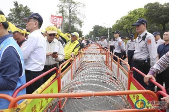 """台湾军公教等团体下跪抗议年改 高喊""""蔡英文下台"""""""