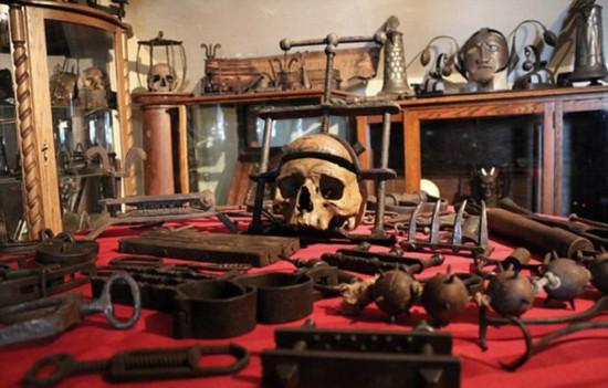 加历史学家收藏200余件古刑具并亲身体验