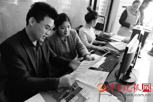 一装饰公司负责人正在统计订单量,分析客户信息。