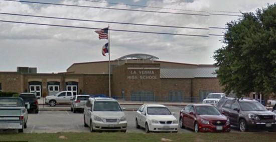 """美得州一高中9名学生因""""性侵""""男同学被捕"""