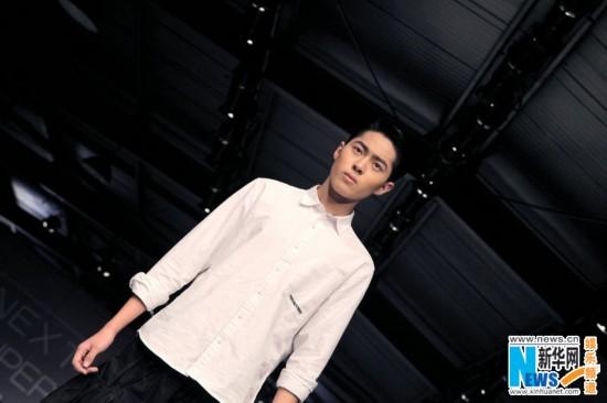 组图:刘胤君挑战30cm高跟鞋 T台大秀玩转多面时尚