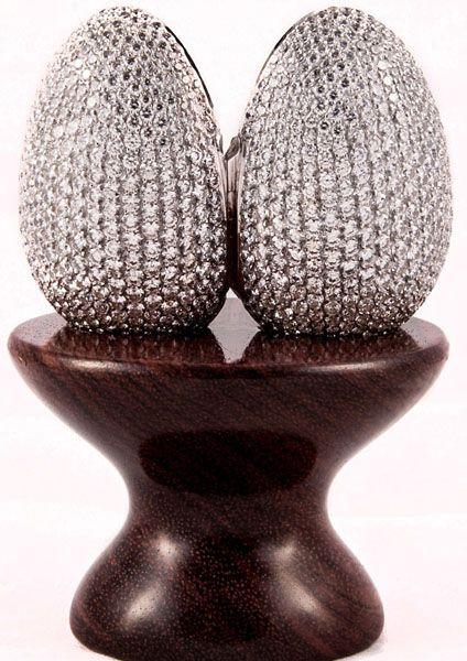 """英网站推出""""钻石记忆彩蛋"""" 镶有910颗钻石"""