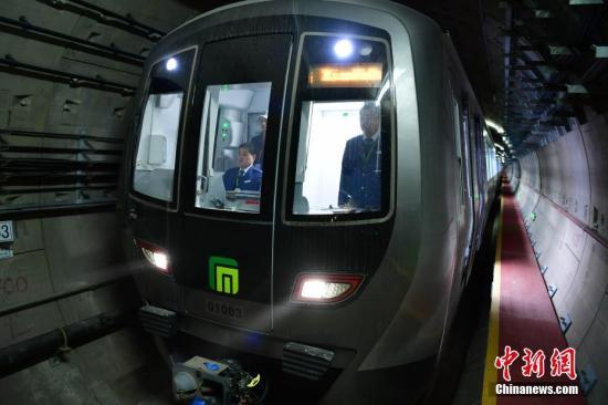"""2月20日,为期3个月的石家庄地铁空载试运行正式启动,作为河北首个通地铁的城市,石家庄带领河北进入""""地铁时代""""倒计时。图为石家庄地铁选用的国家标准A型车。<a target='_blank'  data-cke-saved-href='http://www.chinanews.com/' href='http://www.chinanews.com/'><p  align="""