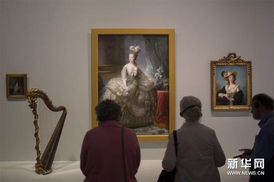 3月28日,在澳大利亚堪培拉国家美术馆,游客欣赏法国画家伊丽莎白・勒布伦的画作《玛丽・安托瓦妮特王后》