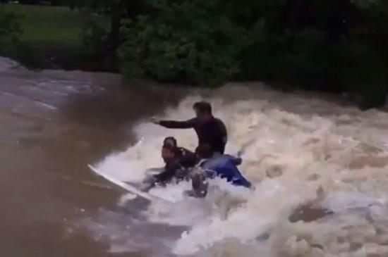 """惊险!澳青年不畏风暴在洪水中冲浪被指""""愚蠢"""""""