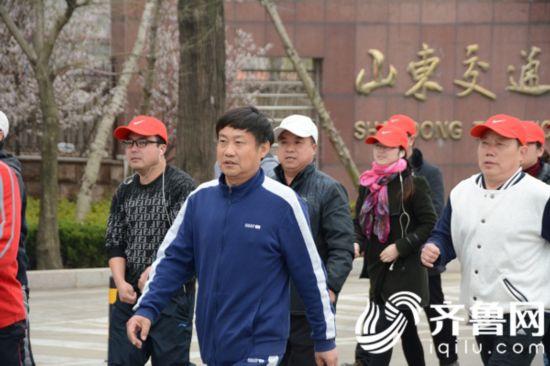 山东交通技师学院党委书记李军参加健步行活动