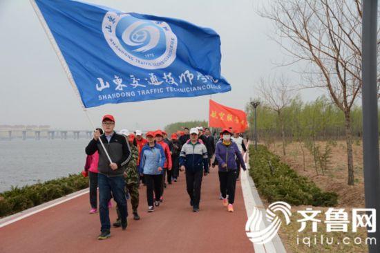 健步方队成了沂河上靓丽的风景线。