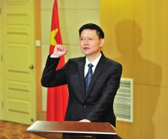 昨天,新任的苏州市代市长李亚平手按宪法,庄重宣誓。  □记者  徐志强  摄