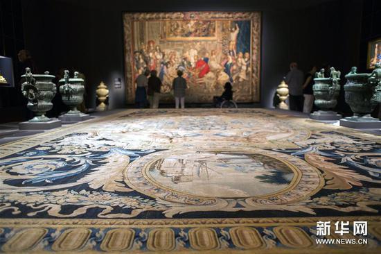 3月28日,在澳大利亚堪培拉国家美术馆,游客欣赏法国美术家夏尔・勒布伦的作品《卢浮宫大画廊的地毯》