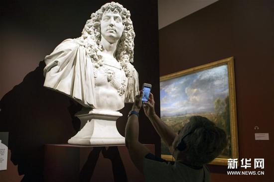 3月28日,在澳大利亚堪培拉国家美术馆,游客欣赏法国雕塑家让・瓦兰的作品《路易十四的半身像》
