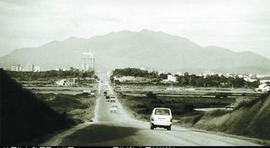 This photo of Shennan Avenue in Shenzhen was taken in 1983. [Photo: sznews.com]