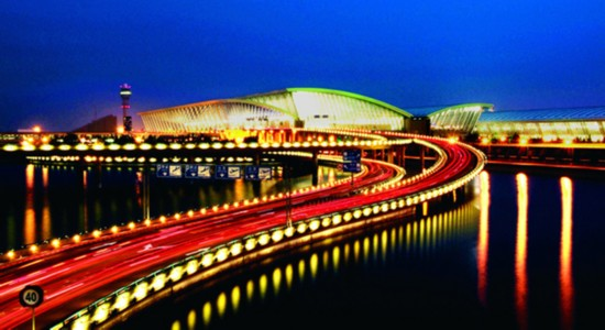 This is a night view of Shanghai Pudong International Airport. [Photo: people.com.cn]