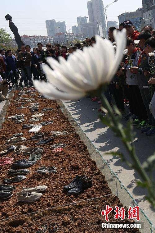 80双象征南京大屠杀遇难者陶鞋展出 再现苦痛