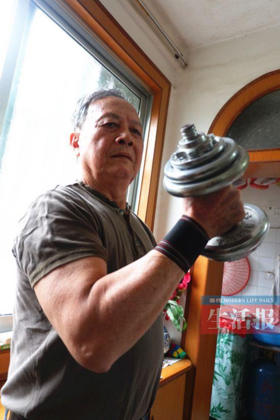 他每天玩杠铃或哑铃40分钟 80岁也能练出漂亮肌肉