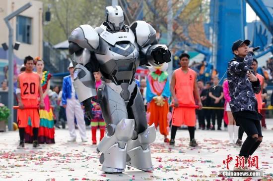 机器人艺人NK01亮相北京与游客互动充满科幻感