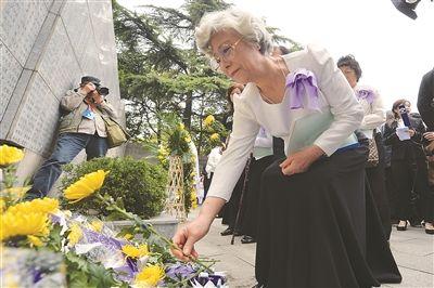 南京大屠杀幸存者及死难者遗属举行清明家祭