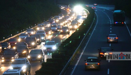 假期最后一天 柳州东收费站进城车流排上高速(图)