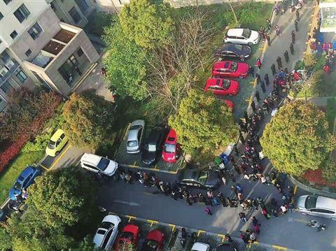 苏州一小区分车位业主凌晨排队 只为抢个车位