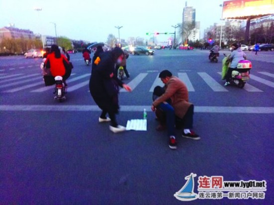 """连云港街头为""""肾病""""儿讨""""饭钱""""竟是骗局"""