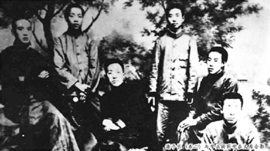 谢子长(右二)与学兵团同学在太原合影