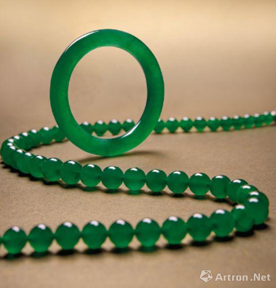 缅甸天然翡翠手镯以及缅甸天然帝王绿翡翠珠配钻石颈链 成交价:1.0679亿港元
