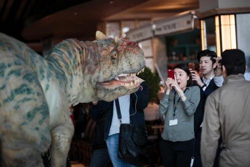 远古巨兽来袭?逼真机械恐龙现身东京办公楼(图)