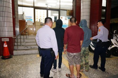 嘉义市阳明医院4月5日晚传出遭砸,警方出动快打部队,并调阅监视器以车追人,不到两小时带回六名嫌疑人。台湾《联合报》记者林伯骅/摄影