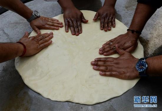 印度或最大个炸油饼 直径达1.47米
