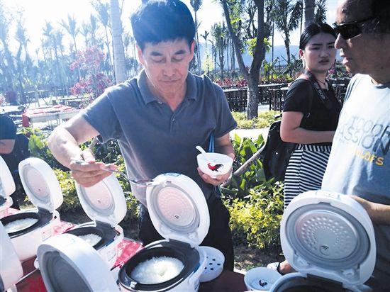 """4月7日下午,由美食家、媒体等人员组成的""""品饭团""""对来自全国各地的100种大米米饭进行试吃品鉴。本报记者"""