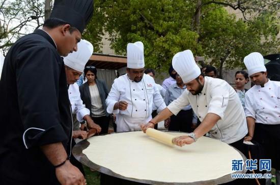 印度大个炸油饼 直径达1.47米(组图)