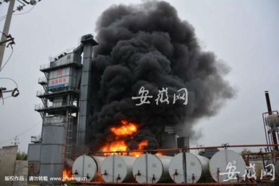 灵璧一沥青搅拌站起大火 险引爆油罐