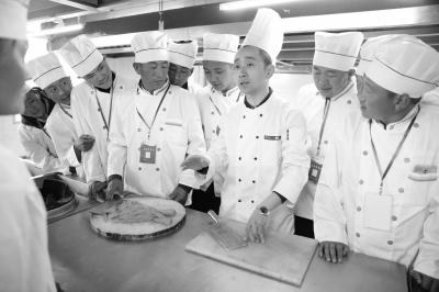 """西藏农牧民在汉免费学做""""大师傅""""学会制作50多种中西式菜品"""