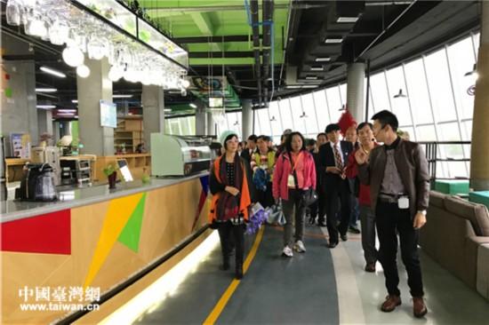 考察团嘉宾参访安康国家高新区众创空间。(中国台湾网 赵苗青 摄)